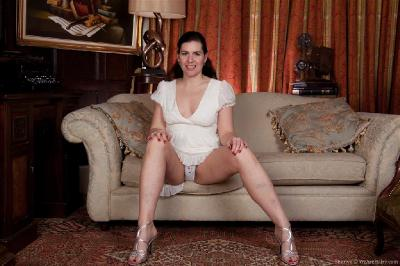 Pretty young women nude pics